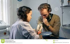 делать татуировку на руке человека сток видео видео насчитывающей