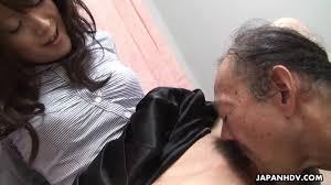 Japonesa gostosa domina o cara mais velho e tem boceta chupada com.