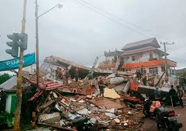 Earthquakes can range in size from those that are so weak that they cannot be felt to those violent enough to propel objects and people into the air, and wreak destruction across entire cities. Indonesien Mehrere Tote Und Verletzte Bei Erdbeben Auf Sulawesi Der Spiegel