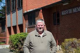 Ivan Ray outside Kilsyth Memorial Hall - ABC News (Australian Broadcasting  Corporation)
