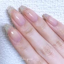 指先にスノードームのような輝きをのせて冬ネイルはラメグラデーション