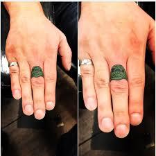 зеленая татуха кольца на среднем пальце мужчины фото рисунки эскизы