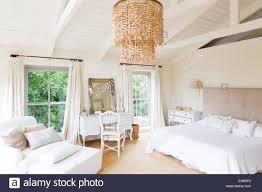 Kronleuchter Und Sessel In Rustikalen Schlafzimmer Stockfoto Bild