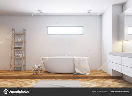 Weiße Fliesen Badezimmer Interieur Seitenansicht Stockfoto