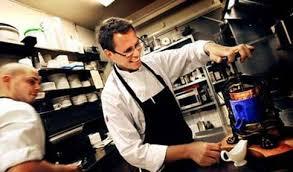 Ankspecialisten Johan Styffe använder ankpressen för att tillaga kvällens rätt. Foto: CASPER HEDBERG. Han är invald i ett franskt ankordersällskap och har ... - styffes375