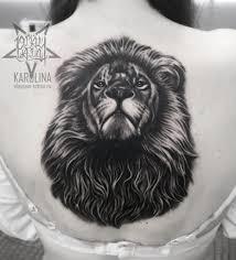 лев на спине татуировка в реализме сделать тату у мастера каролины