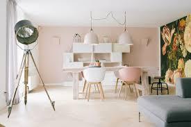 Scandinavisch Interieur In Pasteltinten Een Roze Muur Een Grote