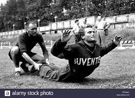 Turin, Campo Combi. Fußballspieler Giampiero Boniperti in Ausbildung bei  Juventus in der Saison 1951-52 Stockfotografie - Alamy