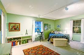 Grünes Schlafzimmer Mit Antiken Bett Korb Brust Schreibtisch Und