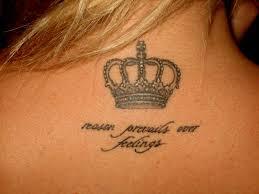 тату корона с надписью на шее у девушки фото рисунки эскизы