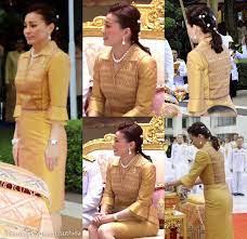 ✨สมเด็จพระนางเจ้าสุทิดา พัชรสุธาพิมลลักษณ พระบรมราชินี  ทรงฉลองพระองค์ผ้าไหมแพรวาสีเหลืองทองอร่ามเสด็จพระราชดำเนินไปในการทรงวางพวงมาลาถวายราชสักการะ  พระราชานุสาวรีย์ สมเด็จพระมหิตลาธิเบศร อดุลยเดชวิกรม พระบรมราชชนก  เนื่องในวันมหิดล วันคล้ายวันสวรรคต 24 ...