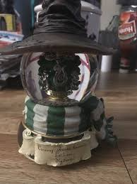 You will find harry, hermoine, ron, dumbledore, snape and professor mcgonagal. Harry Potter San Francisco Music Box Company Slytherin Sorting Hat Snow Globe Sportscards Com
