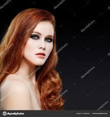 Zrzavé Vlasy ženy Při Pohledu Na Fotoaparát Stock Fotografie