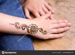 красоты концепции хна татуировки руке маленькая девочка менди