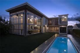 Modern-Beach-Home-Backyard