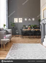 Grauer Teppich Innen Geräumiges Loft Mit Sofa Und Schwarze Stühle