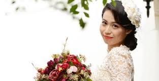 大人な花嫁ヘアはたゆんとかわいいがキーワード花束ブライダルヘア