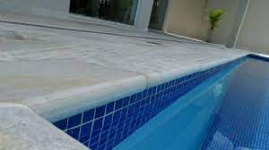 Ou até mesmo na criação de muros e no revestimento de belas cascatas. Pedra Sao Tome Boleada Branca Pedras Sob Medida Bordas