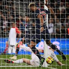 Inacreditável! Atacante do PSG tira gol do próprio time em cima da linha