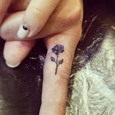 татуировка на пальце роза работа выполнена профессиональным тату