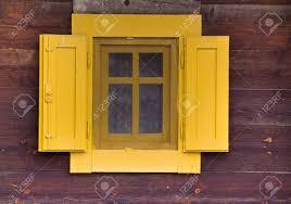 Fenster Mit Gelben Fensterläden Auf Der Fassade Eines Alten Holzhaus