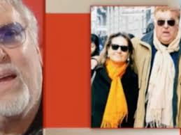 Maurizio Mattioli guarda una foto della moglie che non c'è più e piange
