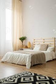 Beige Und Weißes Minimalistisches Schlafzimmer Für Jungem Hipster