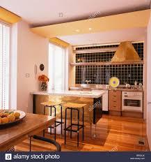 Holzböden In Offene Küche Esszimmer Mit Holz Metall Hocker