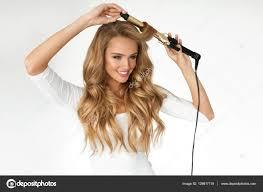 Krullend Haar Mooie Vrouw Curling Lang Golvend Haar Met Ijzer