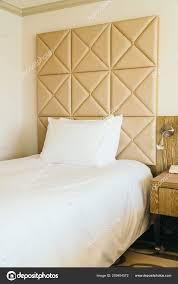Weiße Bequeme Kissen Auf Bett Dekoration Mit Lampe Schlafzimmer