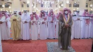 أمير الرياض يؤدي صلاة الجنازة على الأميرة نوف بنت خالد