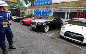 .mobil berupa sedan dengan harga jual rp1,98 miliar belum termasuk ppn dan ppnbm, apakah barang sangat mewah adalah kendaraan bermotor roda empat dengan harga jual lebih dari rp2 miliar. Kenaikan Ppnbm Mobil Mewah Akan Diberlakukan April Beritasatu Com