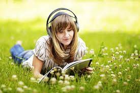 Sambil adverbat the same time, whiledia mendengarkan musik sambil belajar he listened to music while studyingsambil lalu in contoh penggunaan untuk sambil di bahasa inggris. Ternyata Ini Manfaat Belajar Sambil Mendengarkan Musik