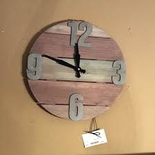 pallet clock every one of us likes to decorate the home well as per our affordability therefore all the time we search for innovative home décor ideas