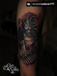 девушка с розой на голове в стиле чикано тату на плече у парня