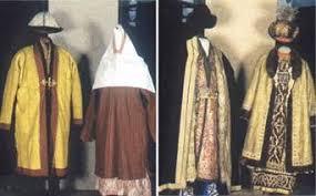 Реферат Тема Казахская национальная одежда Контент платформа  Из мехов и шкур шили шубы нагольных тулупы головные уборы безрукавки зимние шаровары и нарядную верхнюю одежду Пользовались в основном шкурами
