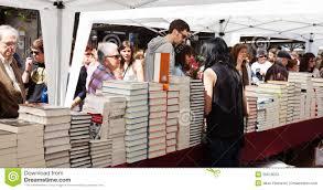 Bücher Auf Straßenställen An St- Georgetag Redaktionelles Stockfoto - Bild  von georgetag, straßenställen: 30678033
