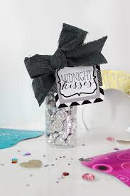 New Year's Eve Midnight Kisses Free Printable Tag and Party Favor Idea -  Pink Peppermint Design