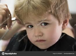 Aby účes Hru Malého Chlapce S Plavými Vlasy V Kadeřnictví Malé