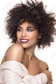 Belle Sensuelle Femme Afro Américaine Avec Coiffure Afro Et Le Maquillage Glamour Sur Fond Blanc