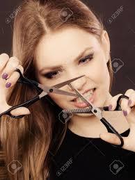 プロの美容師の狂気髪の衛生カット スタイリング新しいイメージの