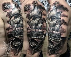 парусник с компасом черно серый реализм тату на мужском плече