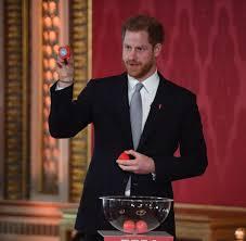 Georgs kapelle auf schloss windsor heiraten. Hugh Grant Verteidigt Prinz Harry Jetzt Zerfetzen Sie Seine Frau Meghan Welt