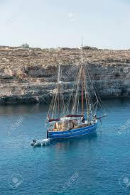 Europa Italië Sicilië Lampedusa Zeilboot In Een Baai Royalty
