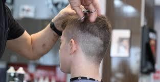 Sebelum memotong rambut, pilihlah model rambut yang sesuai dengan bentuk wajah kamu agar penampilan rambut kamu tetap menarik. 30 Model Rambut Pendek Pria Potongan Yang Tak Pernah Basi