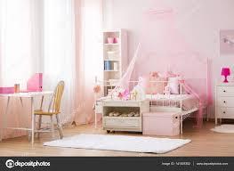 Mädchen Schlafzimmer Mit Himmelbett Stockfoto Photographeeeu