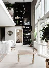 un appartement avec balançoire