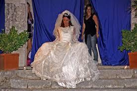 L'ispirazione arriva direttamente dalla moda degli anni '80, quando le donne indossavano abiti con spalline dove posso trovare degli abiti da sposa vintage anni 70? Resti Del Castello