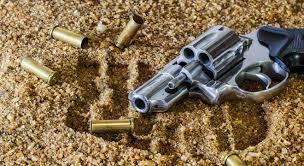 Resultado de imagem para arma de fogo caida no chão