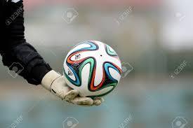 Salónica, Grecia - 05 De Enero: Grecia Superleague Brazuca (Mundial) Bolas  En La Mano Del Portero Con Guantes Durante La Formación De Los PAOK El 5 De  Enero De 2014 En Salónica,